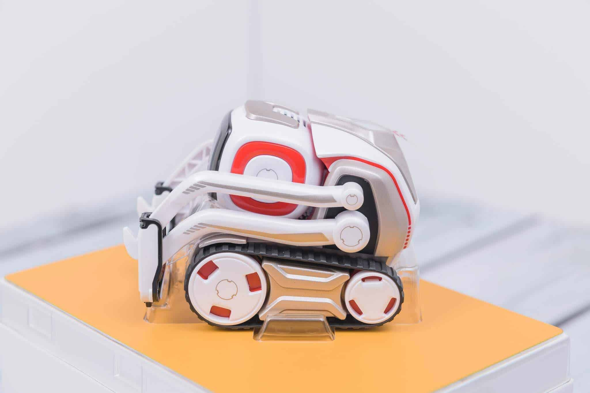 Anki Cozmo Robot Review - Just Out of the Box Side