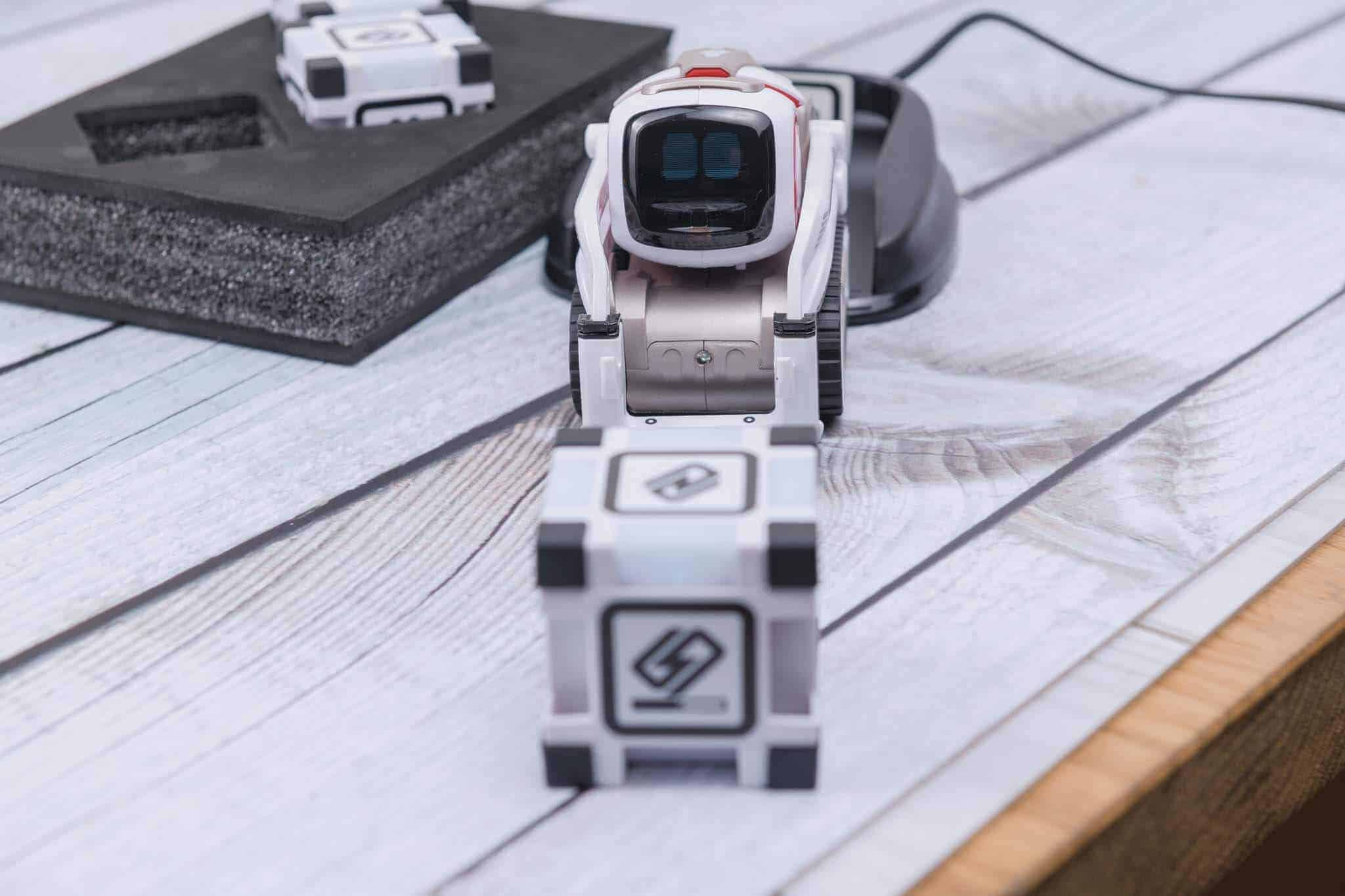 Anki Cozmo Robot Review - Looking for the Cube
