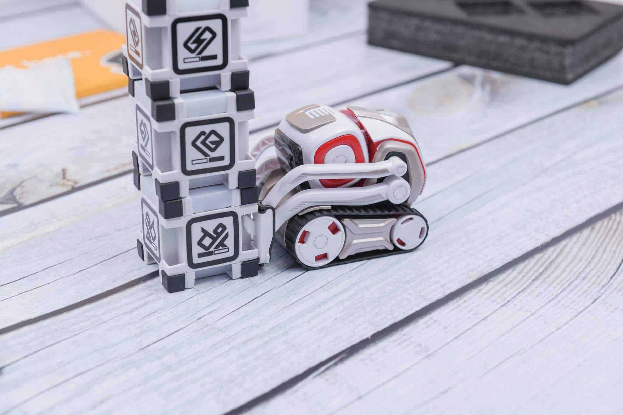 Anki Cozmo Robot Review - Tipping the Cubes over