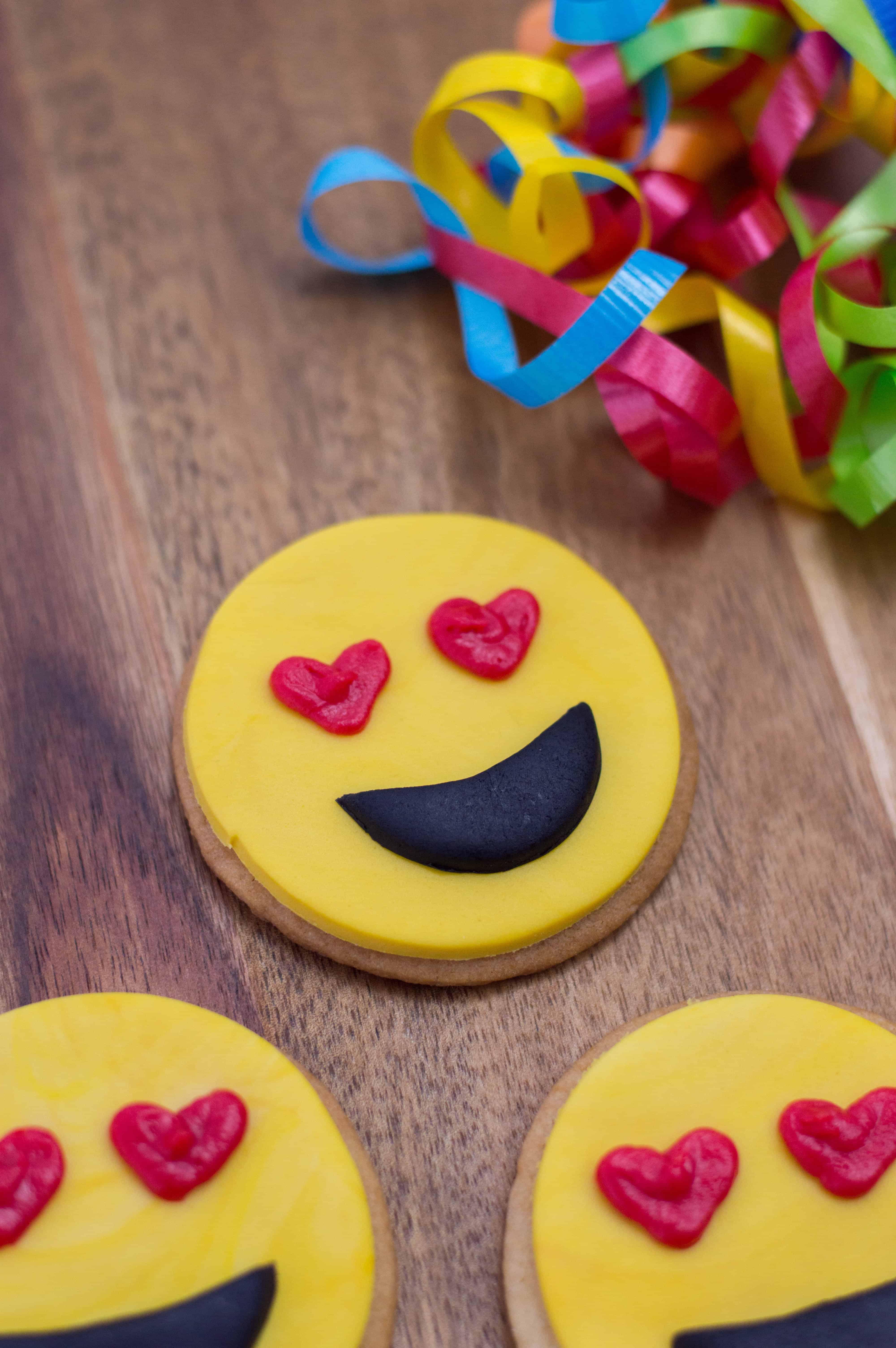 emoji valentines cookie