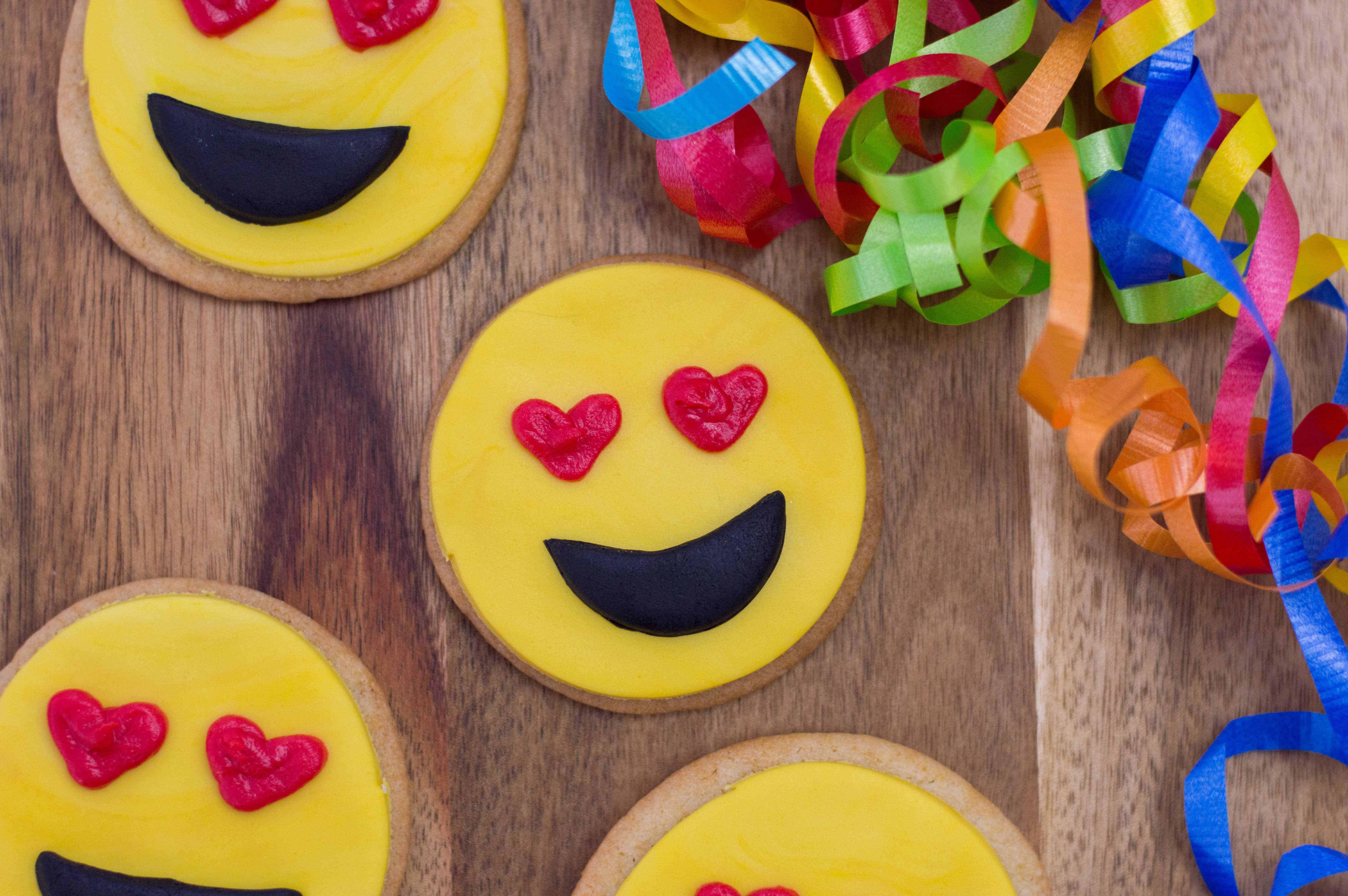 Emoji valentines cookies