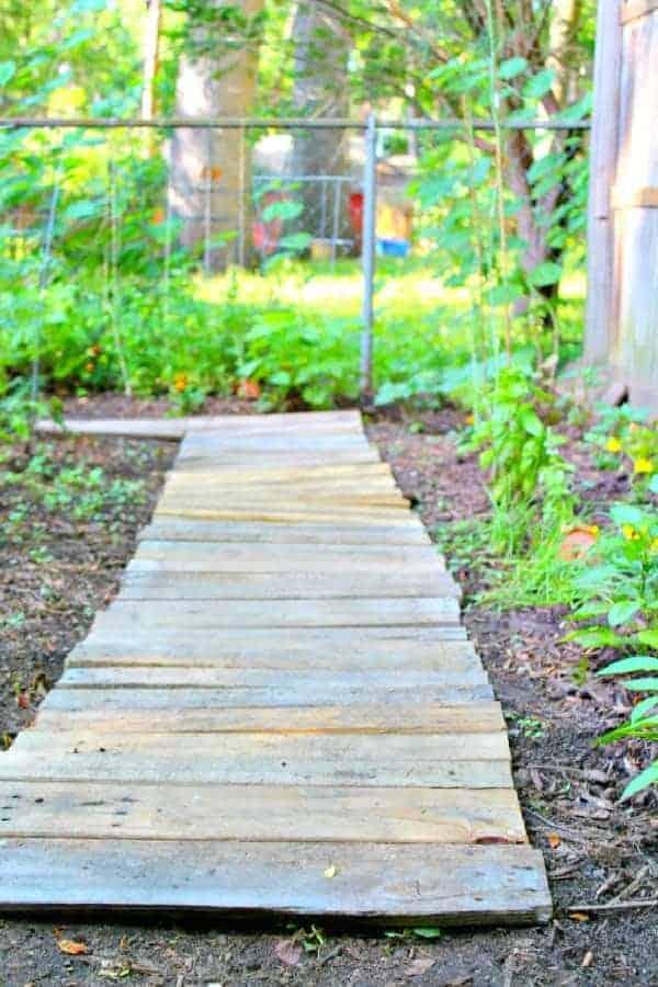 Easy Upcycled DIY Wood Pallet Garden Walkway