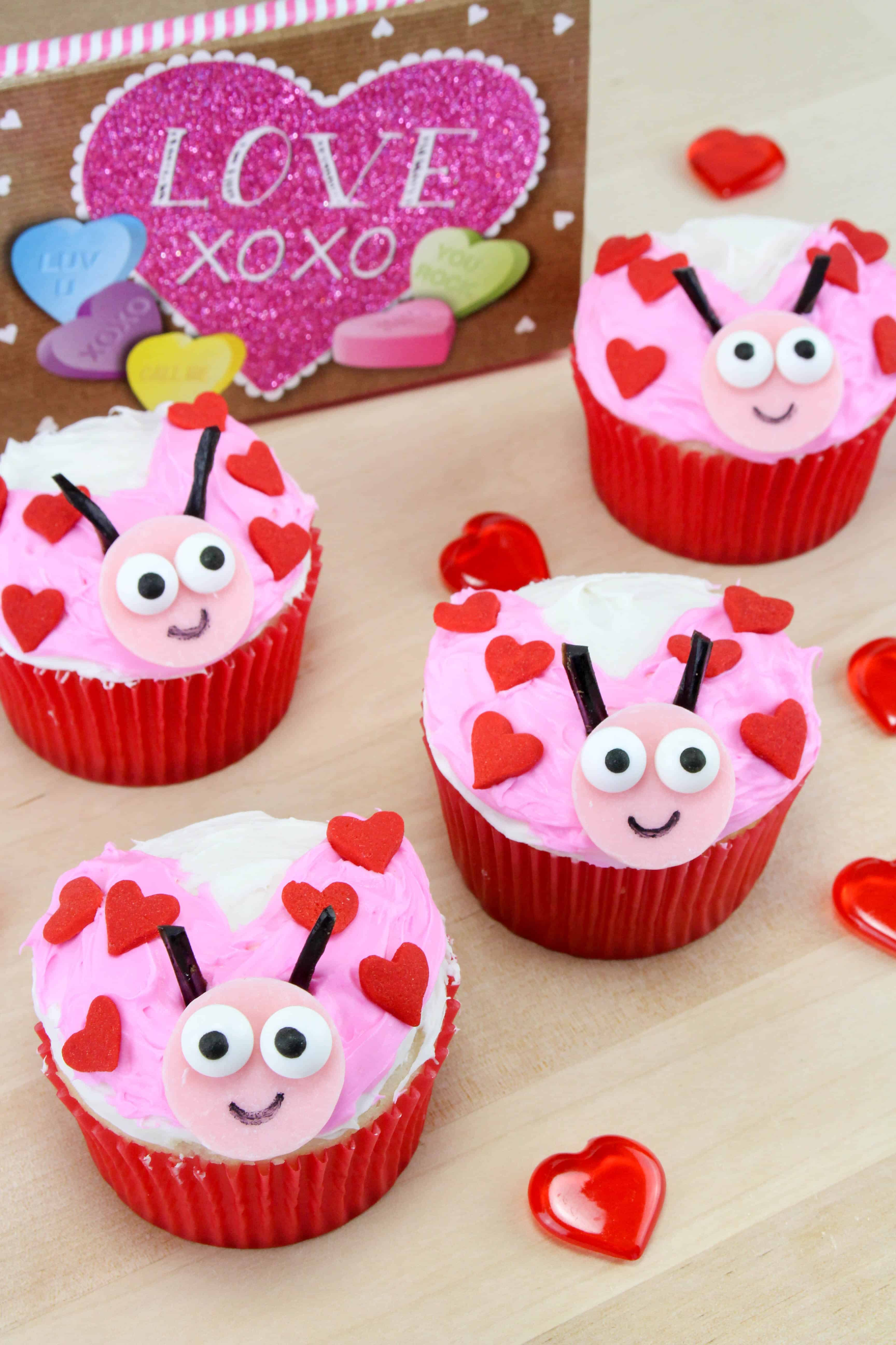 decorating valentines day cupcakes