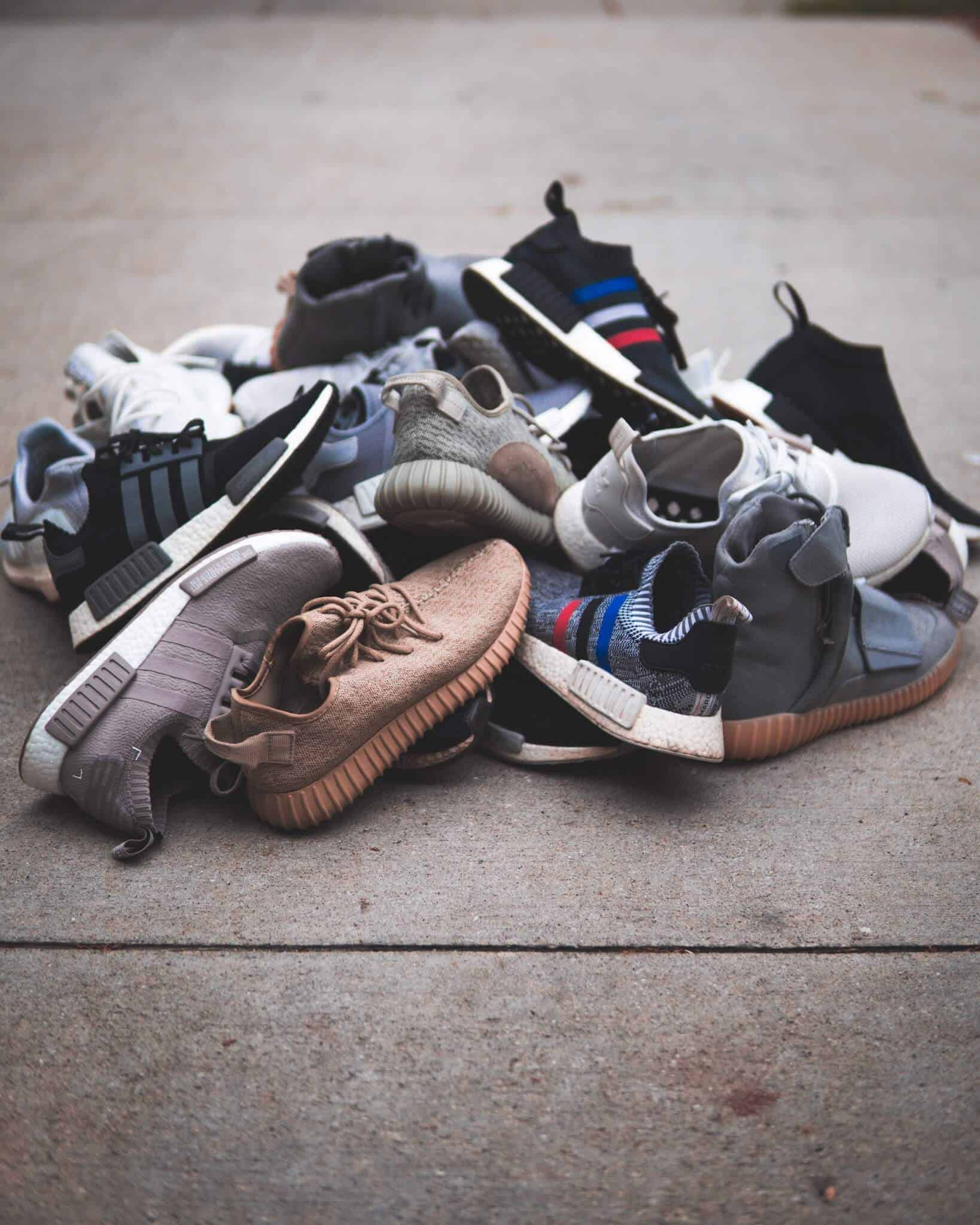 a-pile-of-Mens-Minimalist-Sneakers