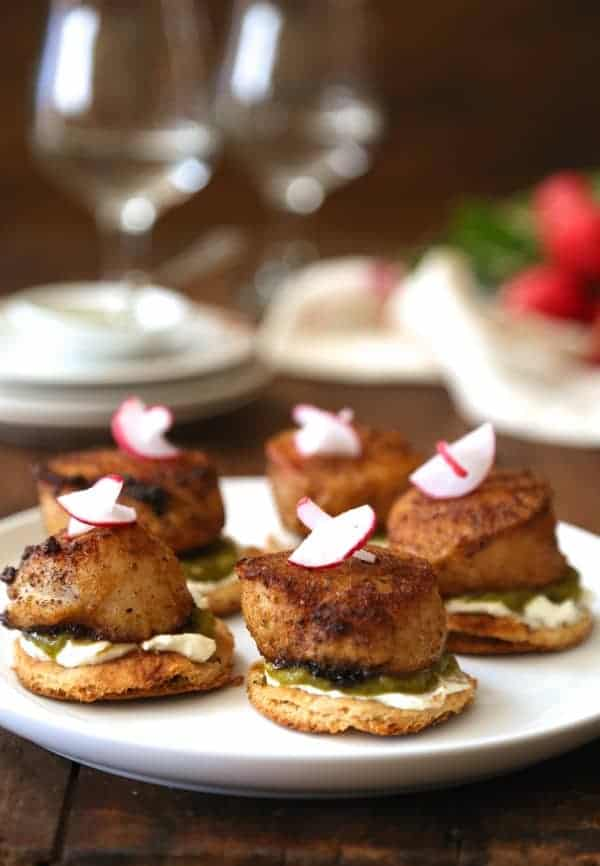 moroccan-spiced-scallops-with-whipped-feta-green-harissa-and-naan-toasts-600x866